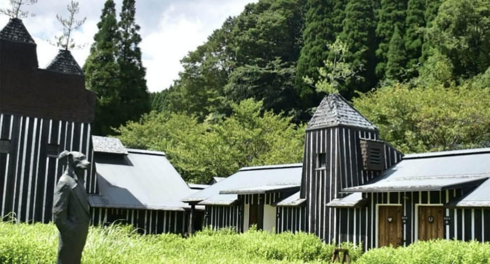 「う~む…。」 焼き杉と漆喰、屋根には銅版が張られ 松の木がそびえるのであります。